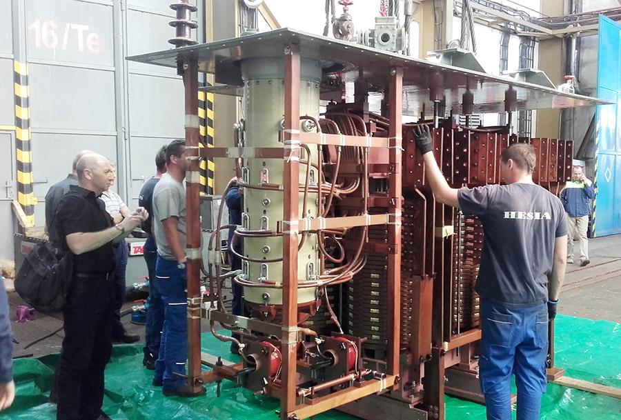 Prehliadka vnútorného vinutia transformátora. Foto: Ing. T. Pepich