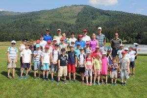 Účastníci golfového tábora.
