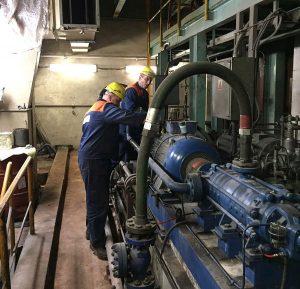 Zamestnanci centrálnej údržby pri oprave hydrauliky