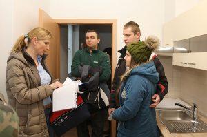 Prví záujemcovia onájomné byty vbytovom dome Podbrezovan si prezreli krásne zrekonštruované priestory 1. februára 2018 vpopoludňajších hodinách. Foto: I. Kardhordová