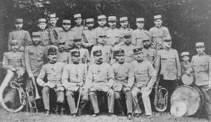 Dychová hudba vo vojenských uniformách vroku 1917