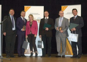 Ocenenie za účasť zrúk vyhlasovateľov súťaže prevzal Ing. Roman Veverka, predseda Predstavenstva agenerálny riaditeľ spoločnosti ŽP EKO QELET a.s. Martin – tretí sprava
