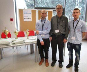Zľava: Patrik Siman, Ing. Peter Fľaška – učiteľ odborných predmetov aMarek Dacho