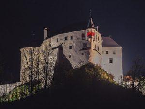 V rámci Svetového dňa hemofílie bol vo večerných hodinách načerveno osvetlený aj hrad Ľupča.