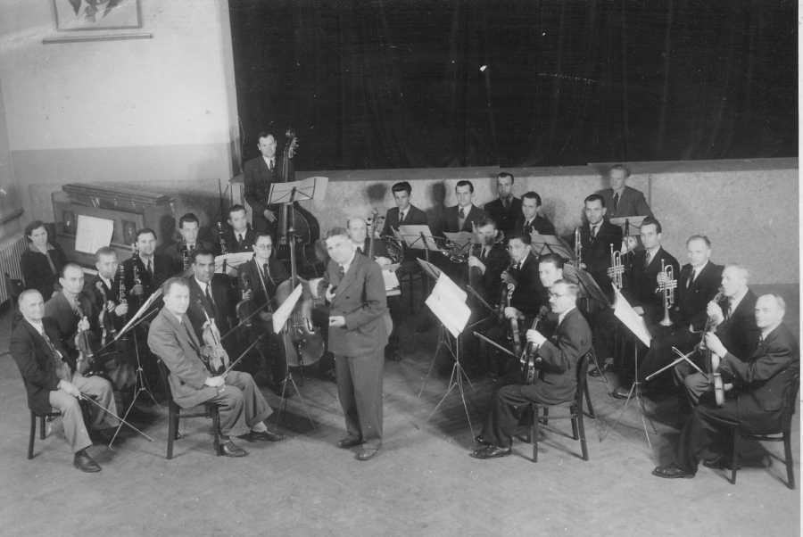 Ľudovít Adamčík s podbrezovským orchestrom v roku 1953