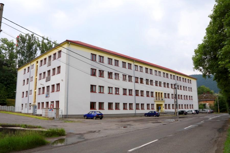 Pohľad na bytový dom Piesok, ktorý je určený pre zamestnancov ŽP a.s.