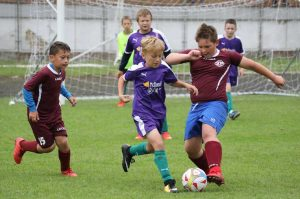 Chlapci na ihrisku bojovali o každú loptu. Foto: I. Kardhordová