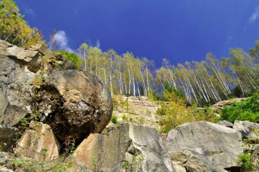 Najväčšia z gúľ je rozdelená na dve polovice. Pravdepodobne následok prác v kameňolome. Stále však drží pokope. Foto: numbersia.sk