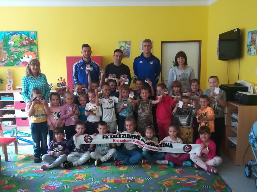 V rámci projektu Futbalmania navštívili hráči MŠ v Podbrezovej