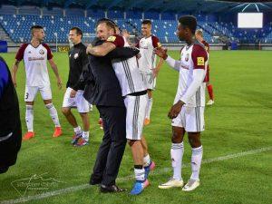 Autor dvoch gólov proti Seredi, Michal Breznanik, v objatí s trénerom Marekom Fabuľom. Foto: M. Slávik