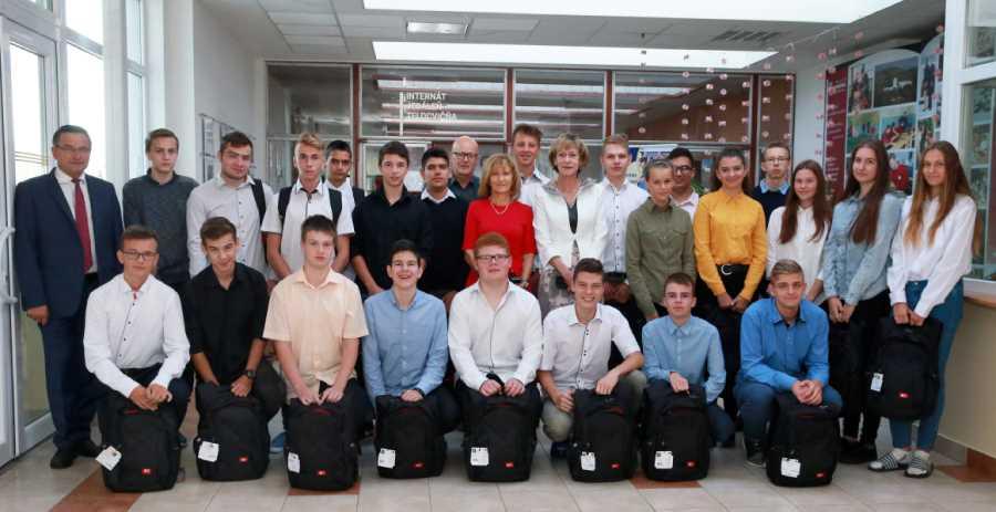 Prváci SG ŽP profilácie informatika a STEAM s novými notebookmi. Foto: A. Nociarová