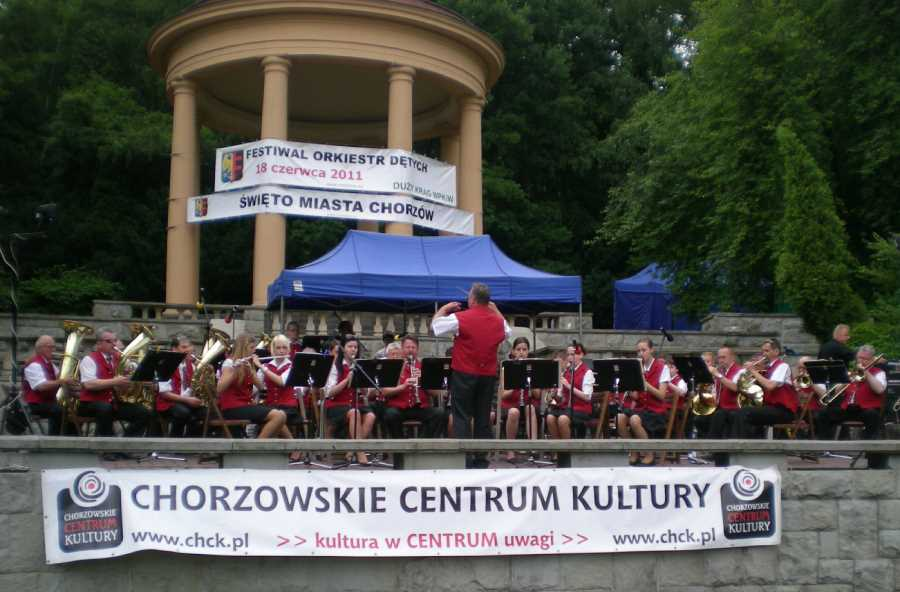 Dychová hudba Železiarní Podbrezová počas svojho vystúpenia v Poľsku. Foto: archív redakcie