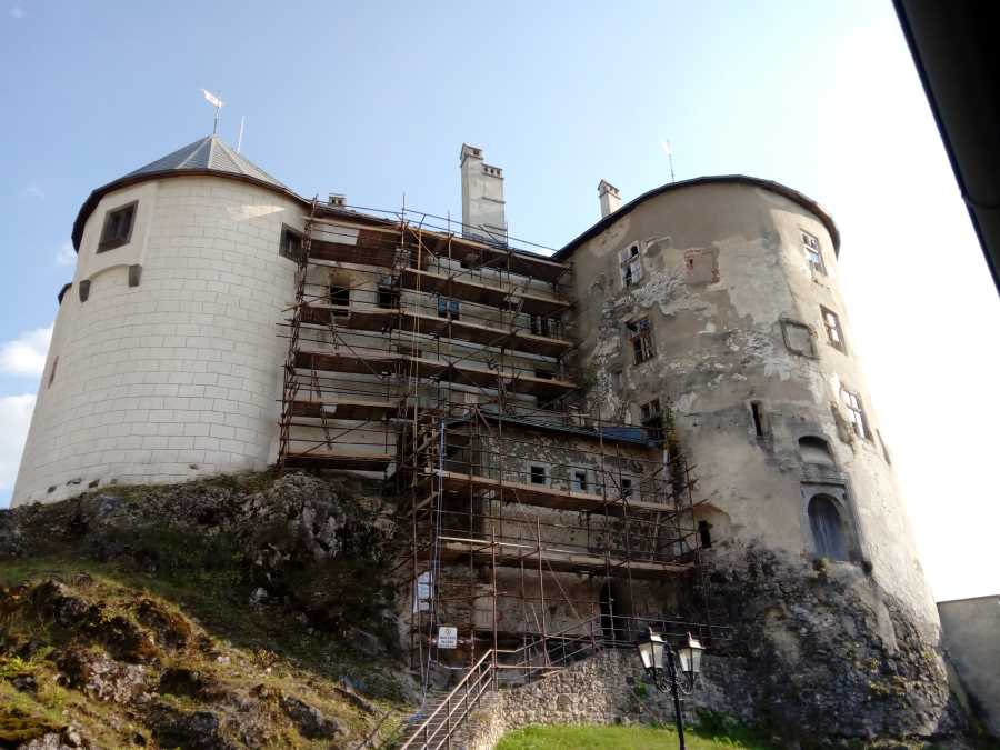 Pohľad na severnú fasádu a barbakan
