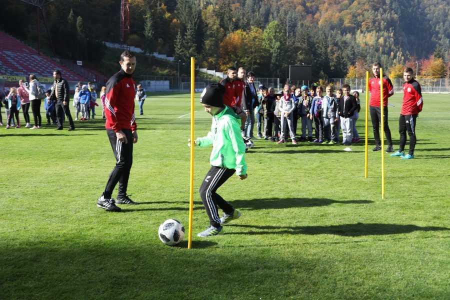 Miroslav Viazanko dozerá na mladé nádeje podbrezovského futbalu počas DOD v Zelpo aréne. Foto: I. Kardhordová