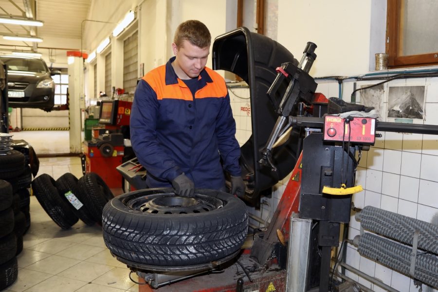 Pracovník dopravy pri kontrole pneumatiky. Foto: I. Kardhordová