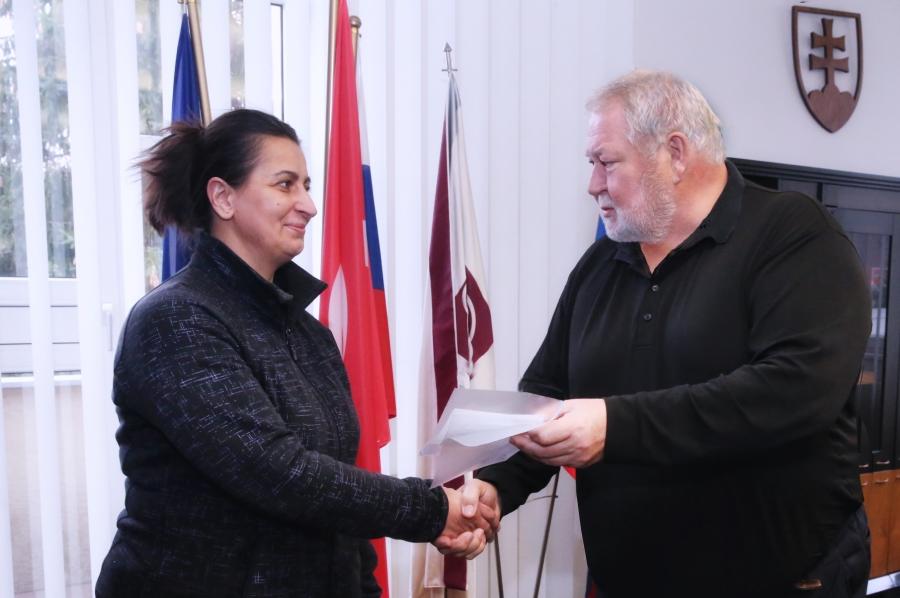 Generálny riaditeľ, Vladimír Soták, blahoželá výherkyni Erike Eremiášovej