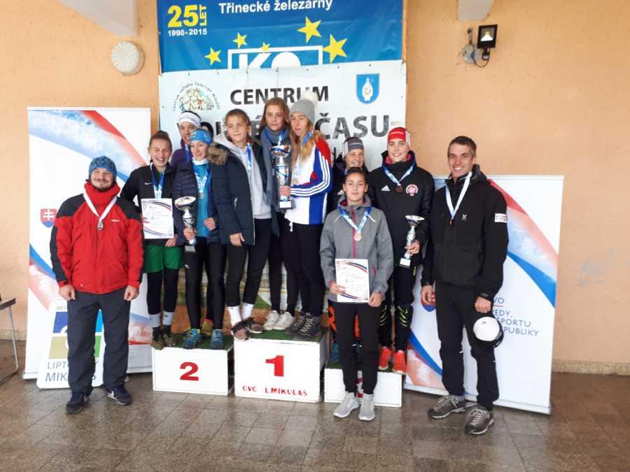 Naše bronzové dievčatá na stupňoch víťazov, vedľa tréner Mgr. Peter Kazár