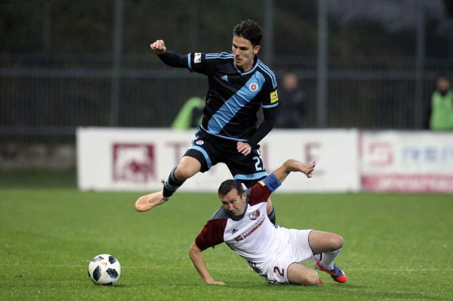 Ani náš kapitán Miroslav Viazanko nedokázal zabrániť prehre s lídrom Fortuna ligy. Foto: I. Kardhordová