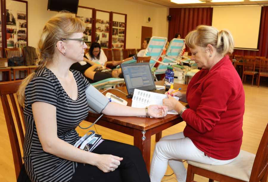 MUDr. Iveta Kapustová pri meraní tlaku pred odberom krvi. Foto: I. Kardhordová