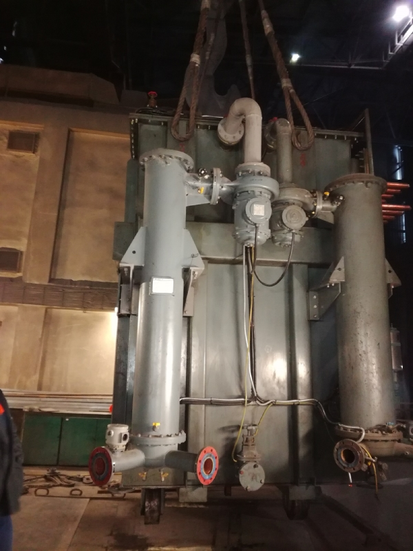 Vyťahovanie starého transformátora EAF z trafokobky, oceliareň, Železiarne Podbrezová