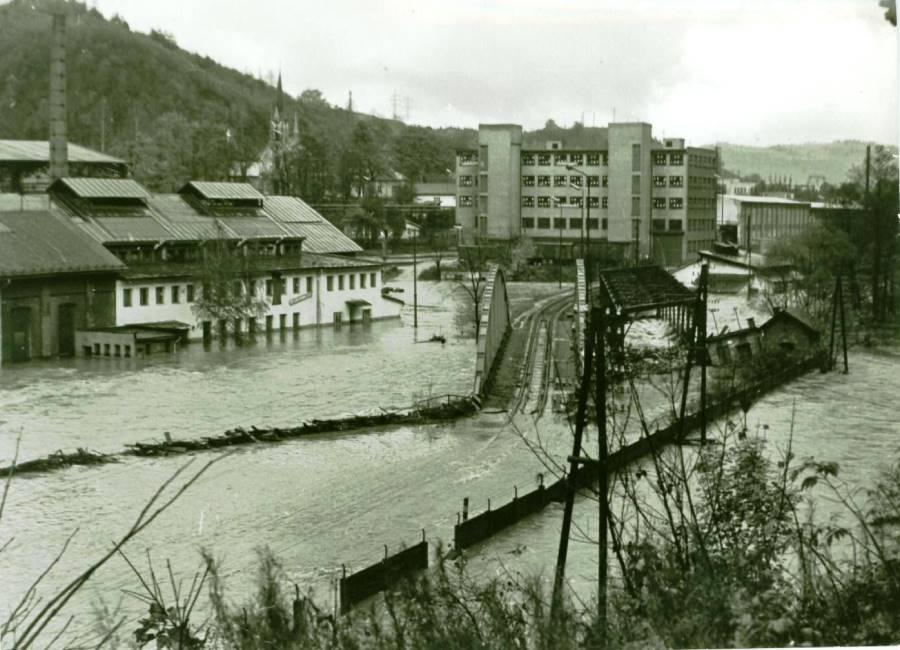 Na fotografii je most smerom do budovy zásobovania počas potopy v roku 1974. Foto: archív redakcie