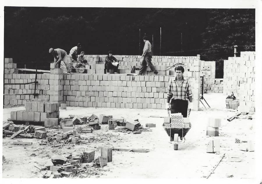 Výstavba rekreačnej chaty na Táľoch kocom päťdesiatych rokov minulého storočia. Foto: archív redakcie