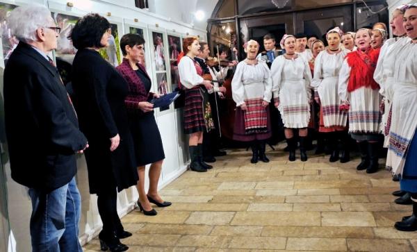 Folklórny súbor spestril svojím vystúpením slávnostné otvorenie výstavy