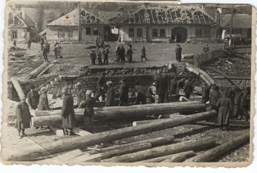 Stavba mosta cez Vajskovský potok v Lopeji, krátko po vojne.