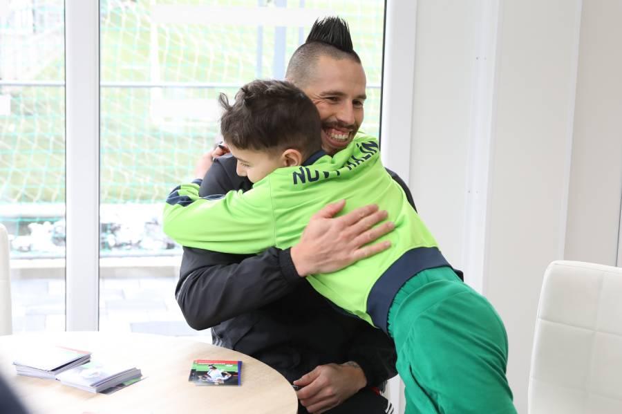 Marek Hamšík počas autogramiády po skončení tréningu s mladým fanúšikom. Foto: I. Kardhordová