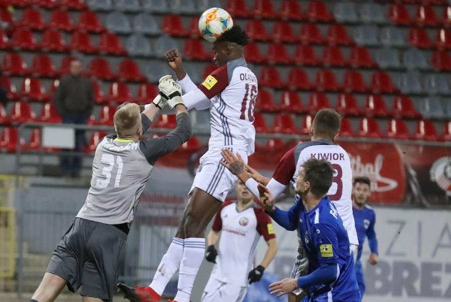 Hlavička Olatunjiho v závere zápasu proti Nitre skončila nad bránou. Foto: I. Kardhordová