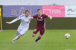 Strelec nášho gólu proti Zlatým Moravciam Alexander Mojžiš v súboji o loptu. Foto: J. Bedej