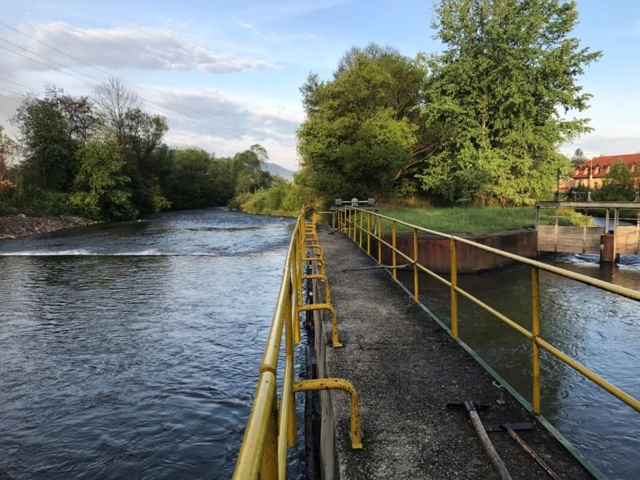 Prietok vody rieky Hron na hati v Lopeji.