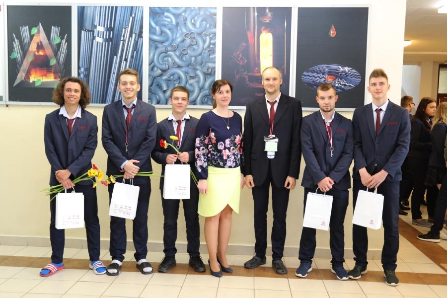Odmenení žiaci zo SSOŠH ŽP spolu s riaditeľkou školy Ing. Miriam Pindiakovou a triednym učiteľom Mgr. Jurajom Čiefom.