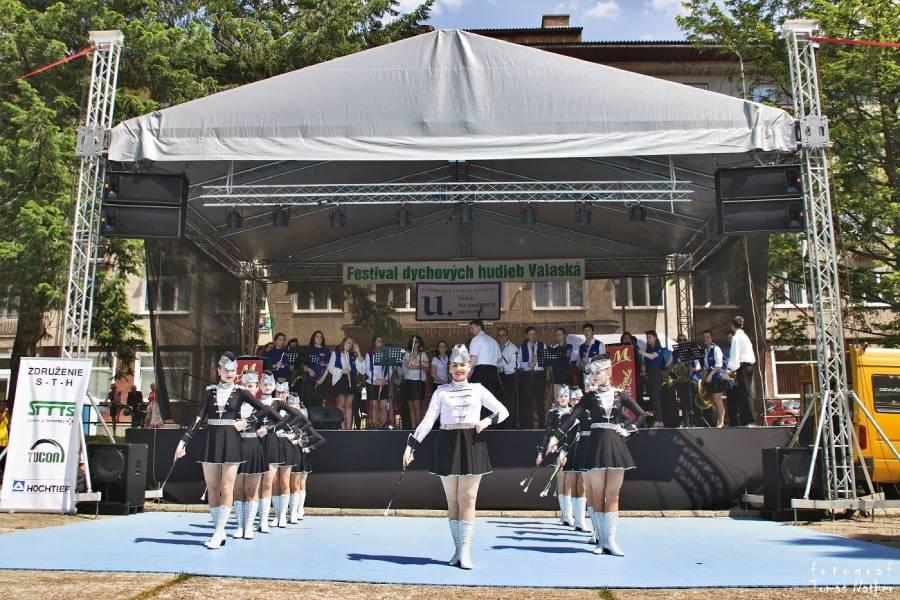 Vystúpenie mažoretiek na Festivale dychových hudieb vo Valaskej