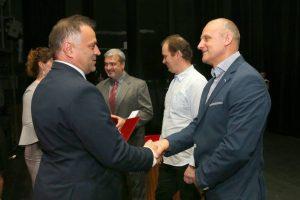 Výrobný riaditeľ Miloš Dekrét gratuluje ocenenému inštruktorovi Milanovi Spišiakovi