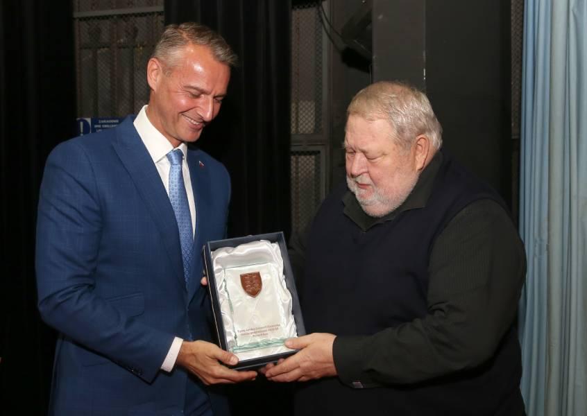 Richard Raši odovzdáva generálnemu riaditeľovi, Vladimírovi Sotákovi, symbol štátnosti