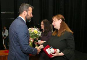 Obchodný riaditeľ, Vladimír Soták ml., odovzdáva cenu Jane Hudíkovej. Foto: A. Nociarová