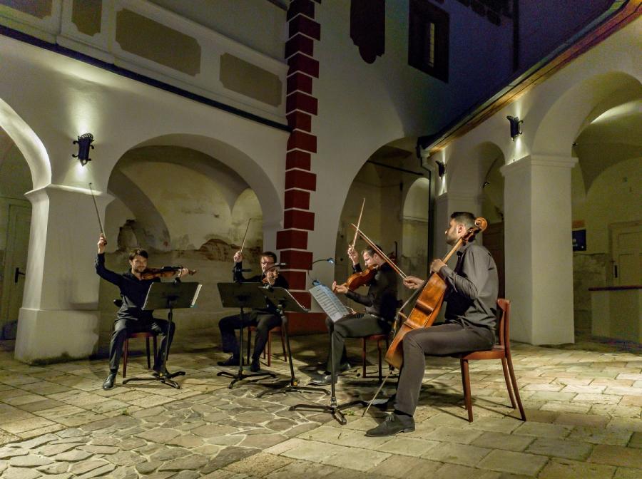 Koncertu sa zúčastnila približne stovka návštevníkov.