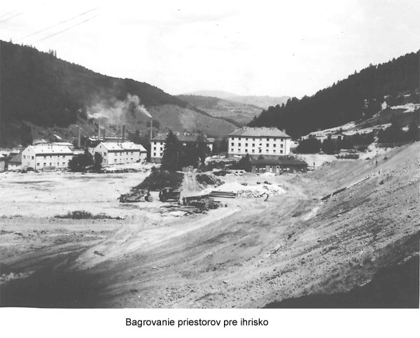 Začiatok výstavby štadióna v Podbrezovej – bagrovanie priestorov pre ihrisko.