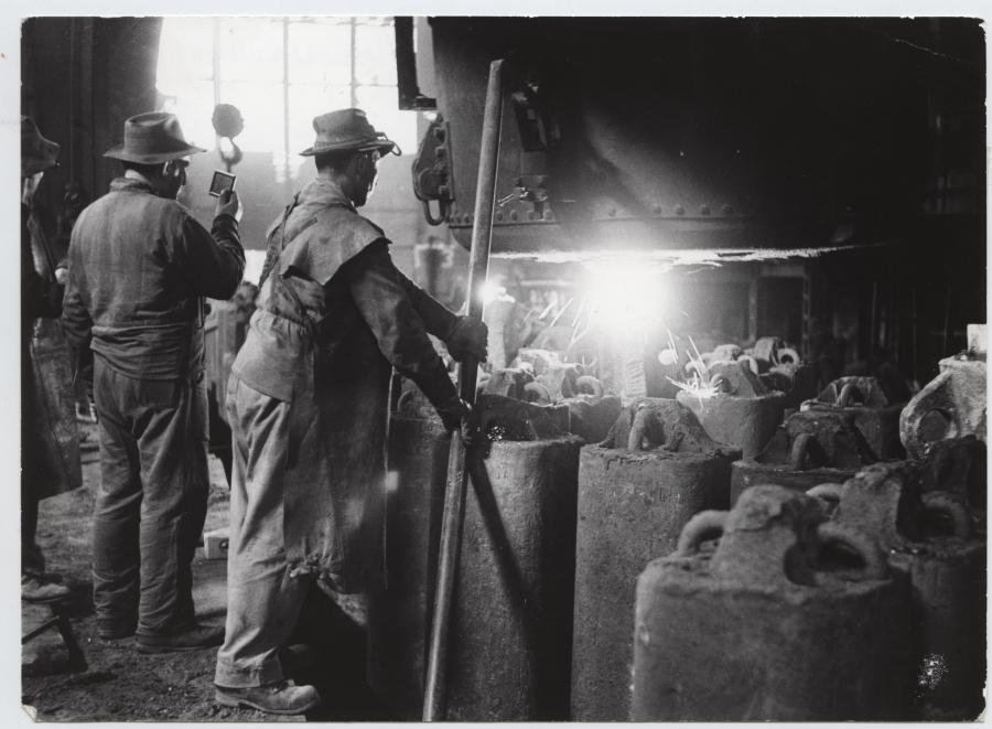 Odlievanie ingotov, simens-martinska pec, rok 1950.