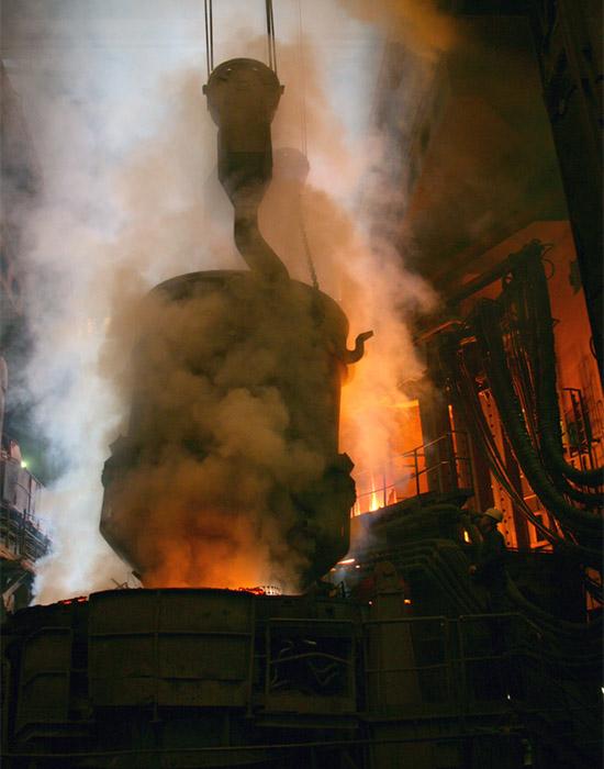 Železiarne Podbrezová-oceliareň-vsádzanie ocelového šrotu
