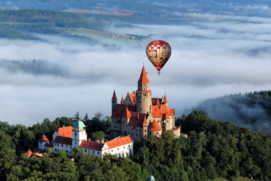 Balón ŽP nad hradom Bouzov.