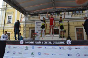 Na stupňoch víťazov v strede Matthias Schwarzbacher – víťaz Slovenského pohára v cestnej cyklistike v kategórii starších žiakov