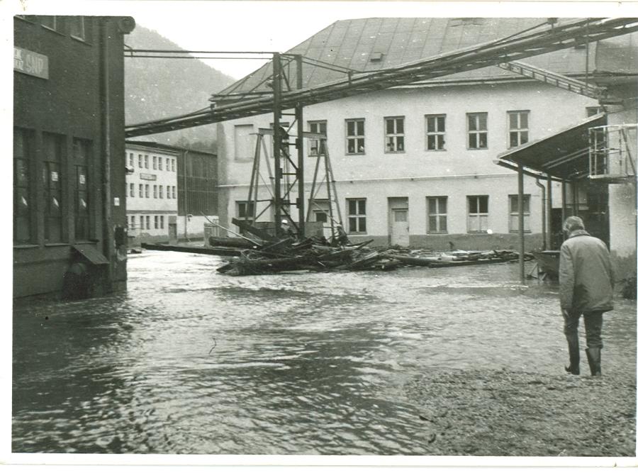 Pohľad na zaplavený starý závod po poklese vody.