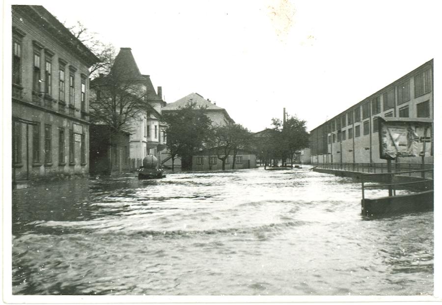 Povodeň spôsobila veľké škody. Na fotografii cesta k vstupnej bráne starého závodu.
