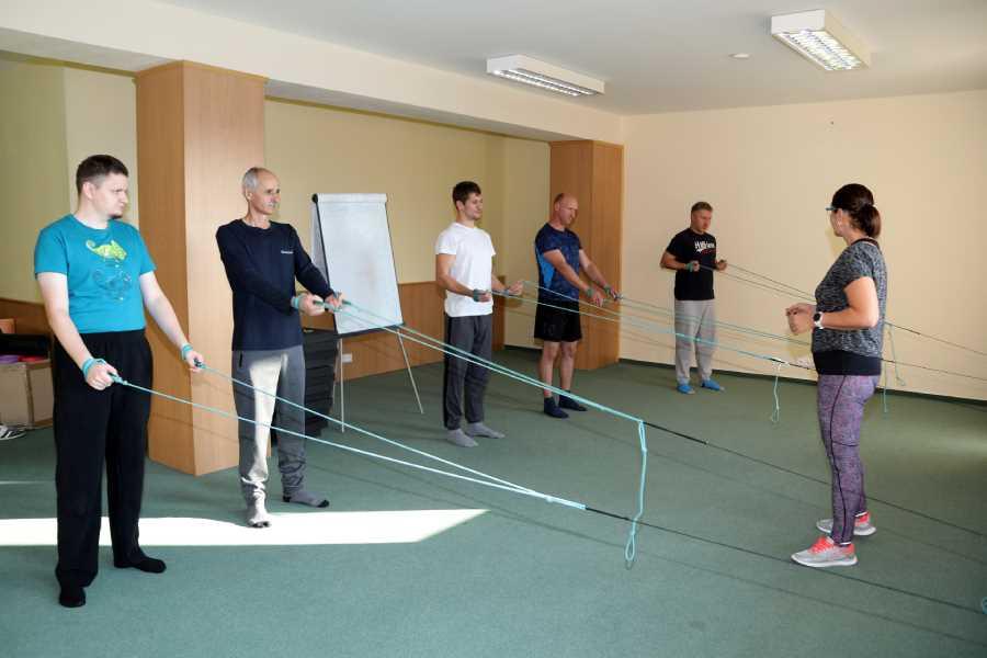 Cvičenie zamestnancov pod odborným dohľadom fyzioterapeutky.