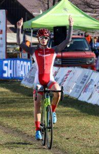 Víťazné gesto nášho cyklistu Matthiasa Schwarzbachera v cieli 5. kola Slovenského pohára v cyklokrose. Foto: I. Kardhordová