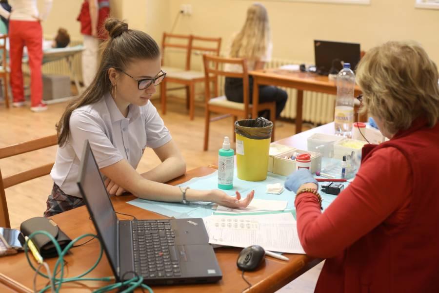 Odberu krvi predchádzajú vyšetrenia lekárom. Foto: I. Kardhordová