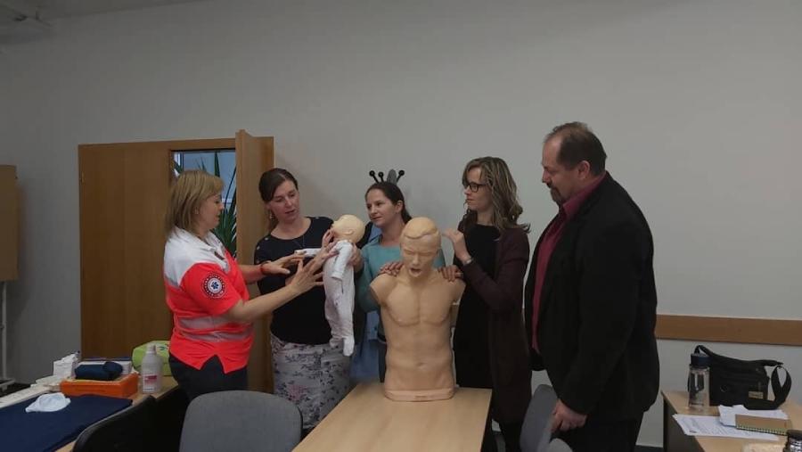 Aj zamestnanci našich súkromných škôl sa neustále vzdelávajú a niektorí z nich sa zúčastnili aj Kurzu prvej pomoci.