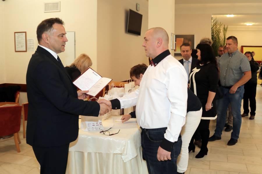 Výrobný riaditeľ Ing. Miloš Dekrét blahoželá jednému z ocenených jubilantov.